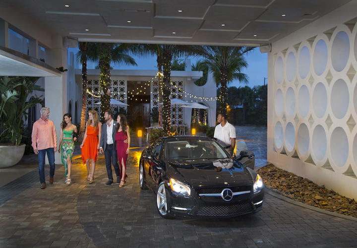 five people leaving their Mercedes with the valet at costa d'este